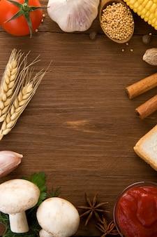 食材とスパイスの木製の背景