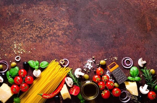 이탈리아 파스타, 갈색 어두운 배경에 스파게티 음식 재료.