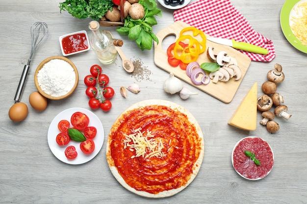 テーブルの上のピザの食材をクローズアップ