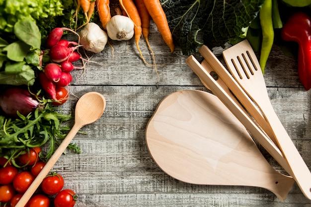 上から撮影した木製のテーブルの上に食べ物の成分