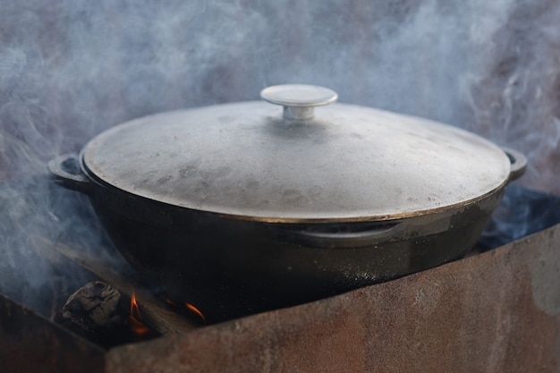음식은 불에 가마솥에서 준비됩니다.