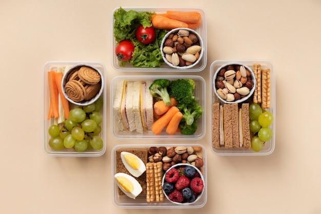 Assortimento di cestini per il pranzo di cibo piatto