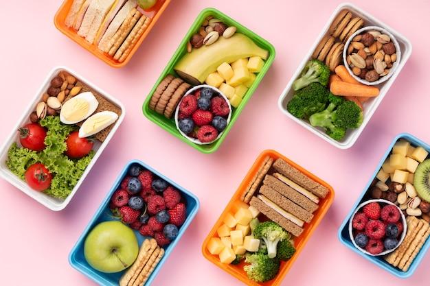 Assortimento di scatole per il pranzo di cibo sopra la vista