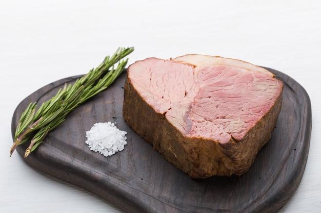 食べ物、肉、おいしいコンセプト-まな板の上で馬の肉を塩でクローズアップ。
