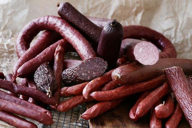 Еда, мясо. вкусная колбаса на столе