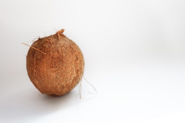 Еда, минимализм, цвет, натюрморт и естественная концепция - кокос, изолированные на белом фоне. обтравочный контур
