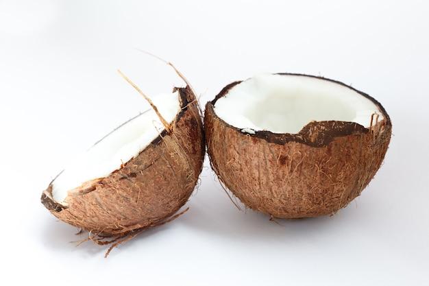 음식, 미니멀리즘, 색상, 정물 및 자연 개념-잘 익은 코코넛과 흰색 표면에 절반 코코넛