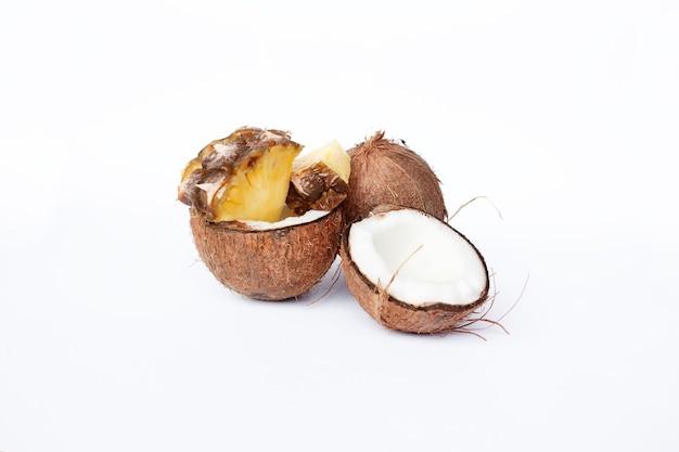 음식, 미니멀리즘, 색상, 정물, 미니멀리즘 및 자연 컨셉-파인애플과 코코넛 흰색 배경에
