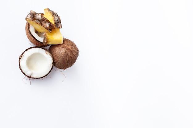 음식, 미니멀리즘, 색상, 정물, 미니멀리즘 및 자연 컨셉-파인애플과 코코넛 흰색 배경에 프리미엄 사진