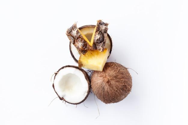 음식, 미니멀리즘, 색상, 정물, 미니멀리즘 및 자연 개념 - 흰색 배경에 파인애플과 코코넛