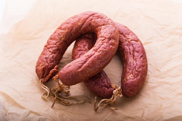 食べ物、郷土料理、そしておいしいコンセプト-馬肉で作られたソーセージ。