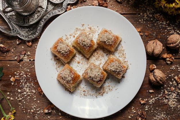 食品ペストリーの背景。トルコの伝統的なバクラヴァのデザートとお茶のコンセプト