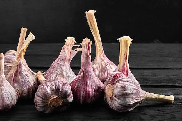 Еда фото красного цвета на темном деревянном фоне. органический и свежий. здоровое питание. v
