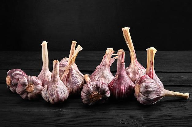 Еда фото красного цвета на темном деревянном фоне, вид сбоку. органический и свежий. здоровое питание. витамины и антиоксиданты.