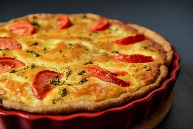 食べ物の写真とレストランのコンセプト。自家製野菜パイ