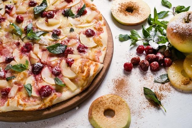 フードフォトグラフィーアート。アップルパイのレシピ。創造的なレストランフルーツピザメニューのコンセプト