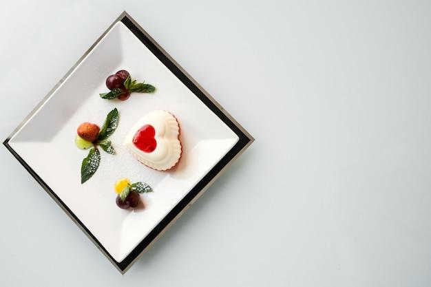 Искусство фотографии еды. ресторан изысканной кухни десерт на белом фоне концепции