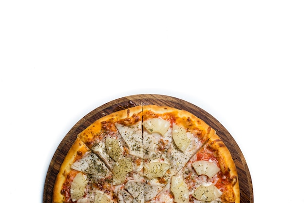 フードフォトグラフィーアート。コントラストの白い背景の上の木の板のピザ。コピースペースの概念。全国イタリア料理