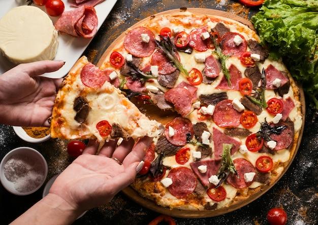 フードフォトグラフィーアート。レストランで出されるピザ。レジャーコンセプト