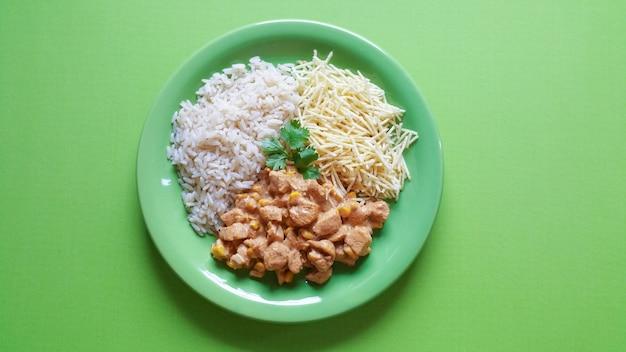 전통적인 스트로가 노프와 음식 접시.