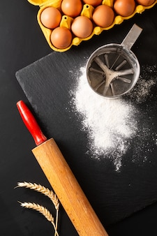 Концепция приготовления пищи над головой выстрел кухонные инструменты для замеса теста для хлебобулочных изделий