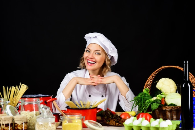 Концепция кулинарии приготовления пищи веселая женщина готовит блюда копией пространства для ресторана
