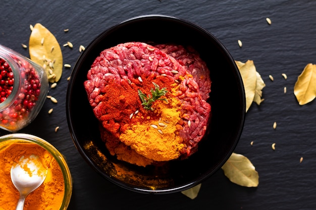オリエンタルフードのスパイスでマリネした牛ひき肉またはひき肉
