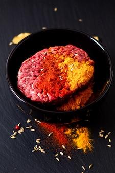 Концепция ингредиентов для приготовления пищи: органический сырой фарш или фарш, маринованный со специями для восточных блюд. карри keema на черном сланцевом камне с копией пространства