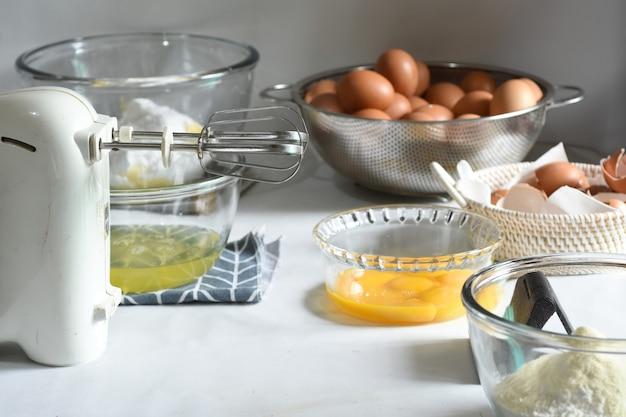 Приготовление пищи приготовление домашнего мраморного торта на белом фоне