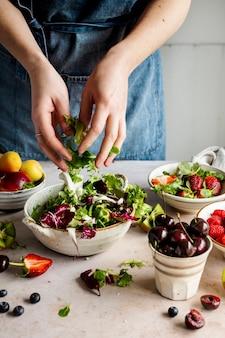 채소와 과일로 음식 준비