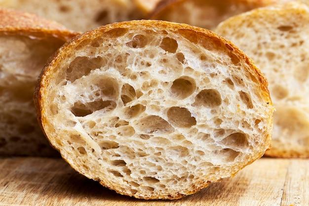 밀가루로 만든 빵 형태의 식품, 바삭 바삭한 빵 껍질과 향기로운 부드러운 과육, 근접 촬영이있는 신선하고 부드러운 빵