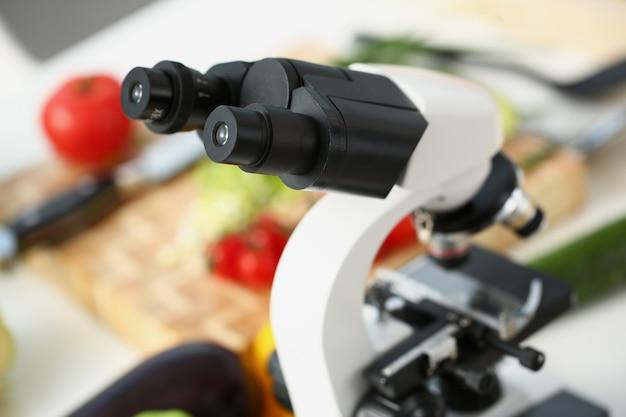 実験室での食品研究。有害で有用な成分の食品組成