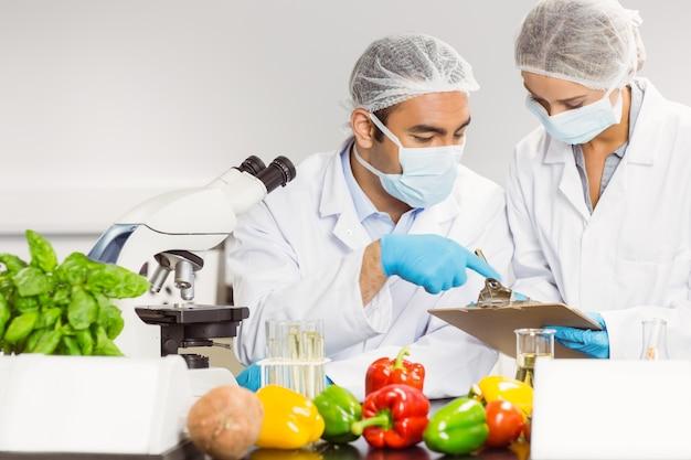 研究のために顕微鏡を使用する食品科学者