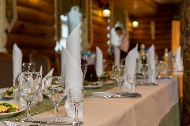 Еда подается на столе в деревянной усадьбе