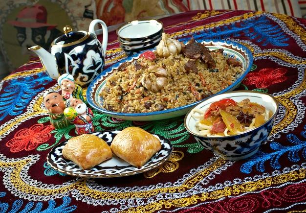 Набор блюд среднеазиатской кухни - плов, лагман, шербет и самса