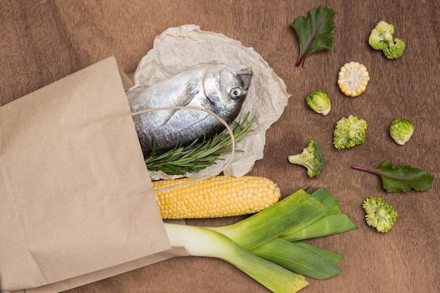 フードセット。生の魚と野菜の紙袋。