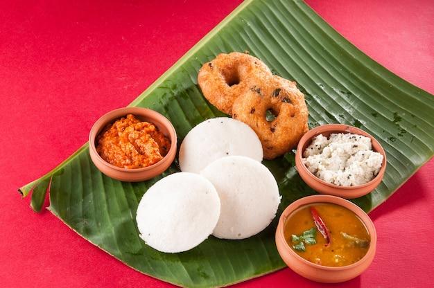 バナナの葉にサンバーを添えた南インド料理のイドゥリヴァーダ