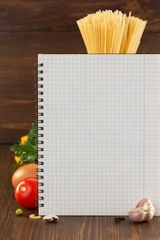 Пищевая специя и поваренная книга на деревянном