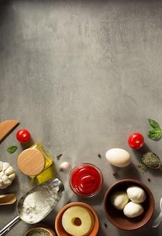 テーブルのテーブルでの食品スパイスとハーブ