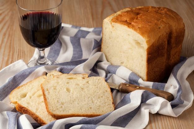 음식. 정물. 와인 한 잔, 빵 한 덩어리