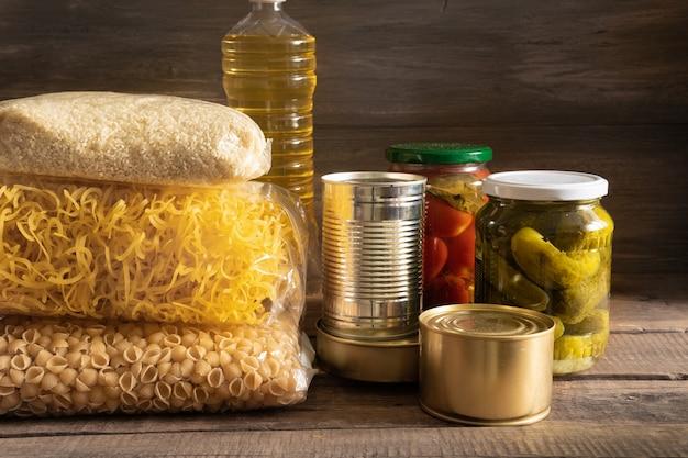 食料品。バター、缶詰、シリアル、パスタが入った棚。予約。寄付。