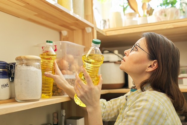 Хранение продуктов, деревянная полка в кладовой с продуктами