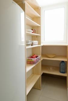 食料貯蔵庫、パントリーの木製棚、台所用品