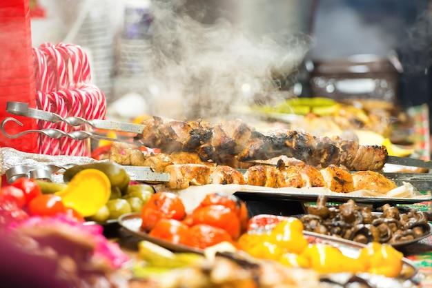 Уличная еда, праздничная традиционная азиатская кухня на рынке