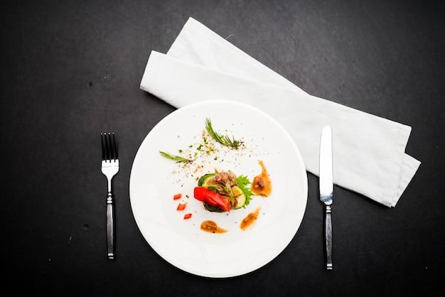 흰 접시에 음식 스타일링 스테이크