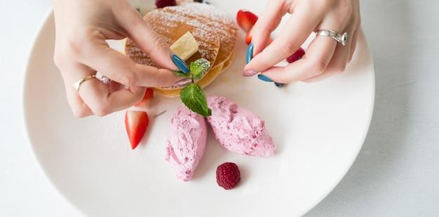 푸드 스타일리스트 장식 접시. 달콤한 맛있는 디저트. 예술과 창의성 개념