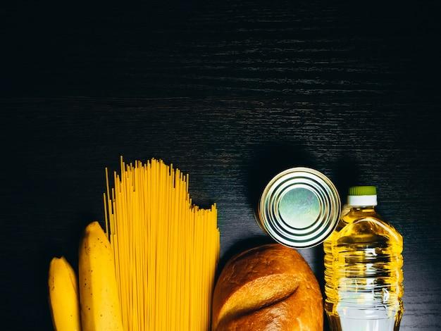 Поставки продовольствия в кризис. вермишель, макароны, консервы, бананы, масло, хлеб.