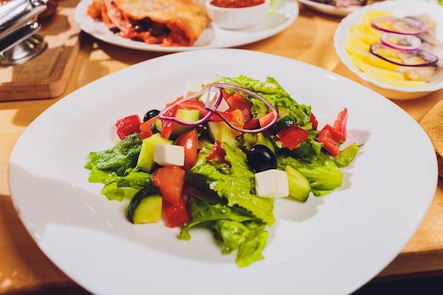 Концепция еды торжества таблицы еды очень вкусная. много еды. подается на свадьбу, юбилей, другой праздник. банкетные блюда в ресторане.