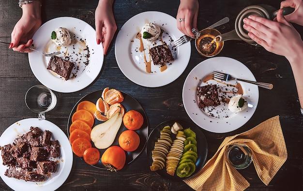 食品テーブル健康的なおいしい有機食品の概念
