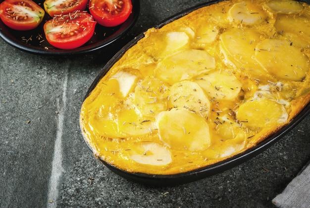 음식. 전통 요리 tortilla de patatas 검은 돌 테이블에 감자와 계란에서 캐 서 롤.